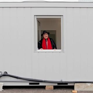 Alain Sitbon dans l'un des préfabriqués pour sans-abris