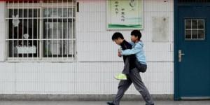 Xie Xu portant son ami sur son dos