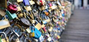 Les-cadenas-d-amour-du-Pont-des-Arts-vendus-au-profit-des-refugies_exact1900x908_l